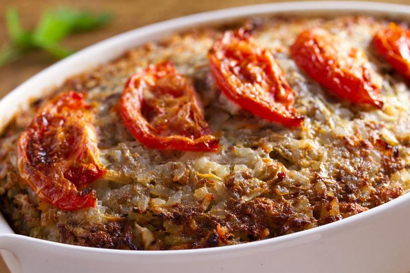 Wierzch można ozdobić plastrami pomidora /123RF/PICSEL
