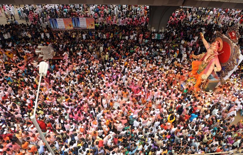 Wieść o żywych figurkach wyciągnęła tłumy na ulice Indii /East News
