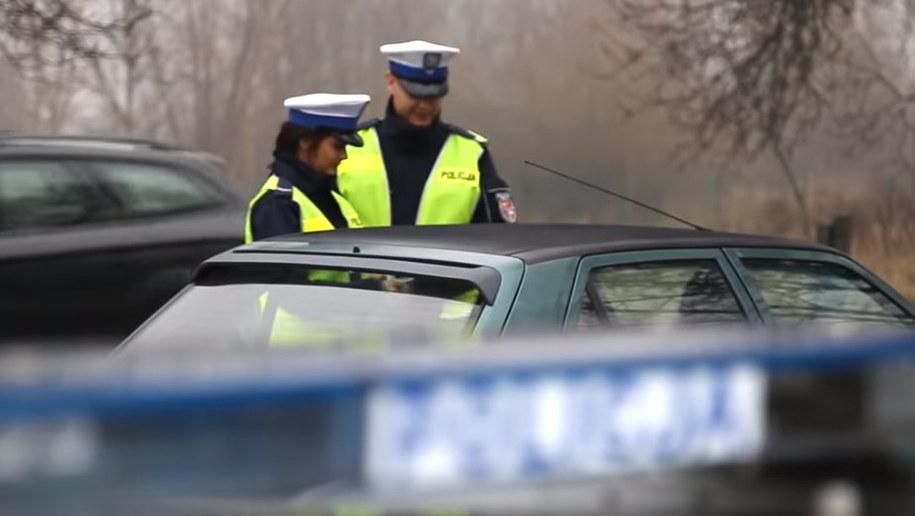 Wiesz, jak się zachować, gdy policjant kieruje ruchem? /Policja