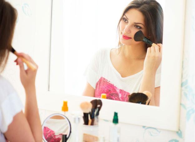 Wiesz, że prawidłowo wykonany makijaż odmładza? /123RF/PICSEL