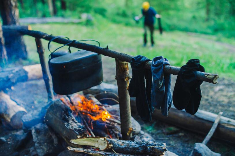Wieszając wilgotne rzeczy nad ogniem należy zachować szczególną ostrożność /123RF/PICSEL