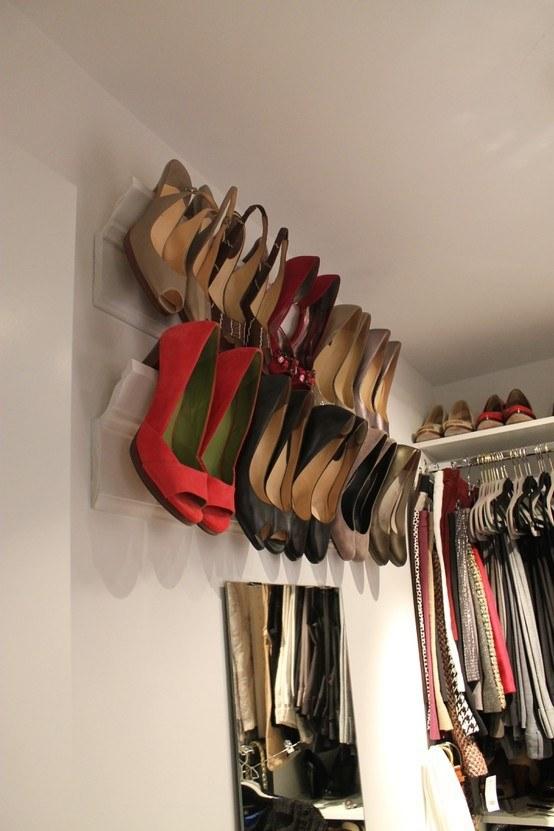 Wieszak na buty z listew ozdobnych /© Photogenica