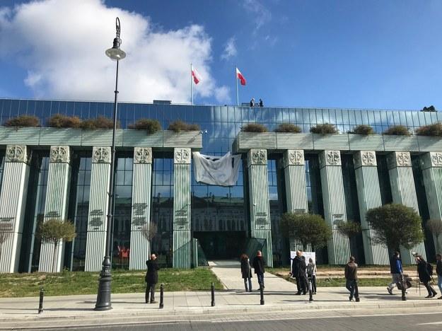 Wieszanie płachty na gmachu Sądu Najwyższego /Tomasz Skory  /RMF FM