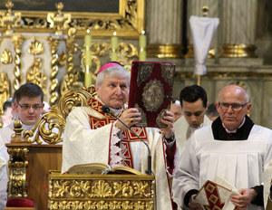 """""""Więź"""": Biskup Edward Janiak naciskał na wyświęcenie kleryka-pedofila"""