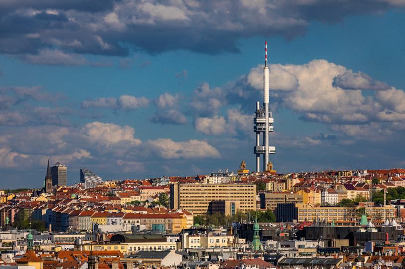Wieża telewizyjna dominuje nad krajobrazem tamtejszej dzielnicy /123RF/PICSEL