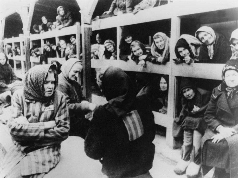 Więźniarki w barakach KL Auschwitz /UPPA/Photoshot    /PAP