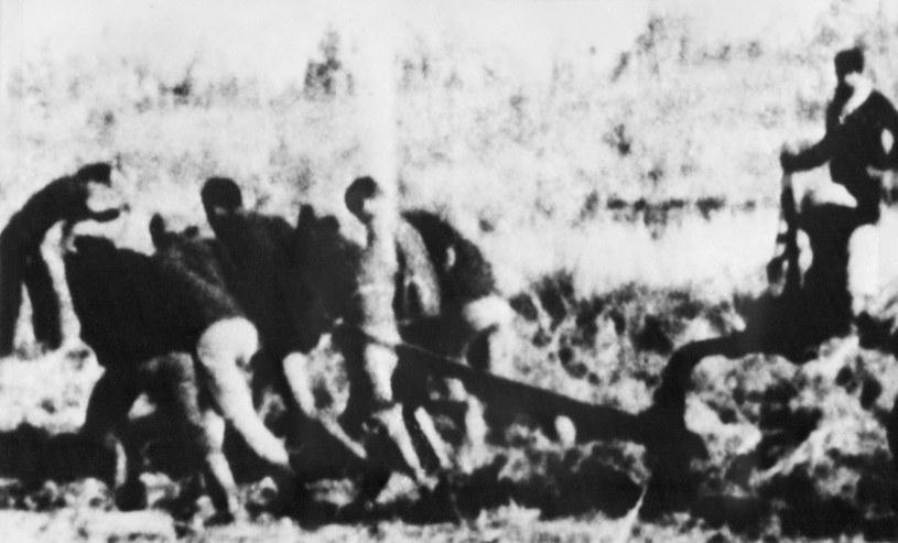"""Więźniowie Czerwonych Khmerów zmuszani do niewolniczej pracy na """"polach śmierci"""". Zdjęcie z 1976 r., wywiezione z Kambodży przez jednego z uciekinierów /AFP"""