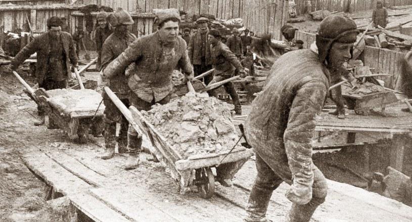 Więźniowie gułagów byli główną siłą napędową radzieckiej gospodarki. Tutaj podczas budowy kanału Białomorsko-Bałtyckiego /Laski Diffusion /East News