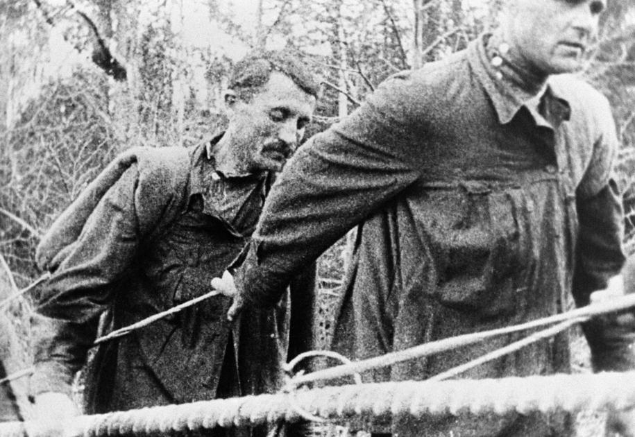 Więźniowie polityczni w radzieckim obozie pracy na zdjęciu archiwalnym z 1920 roku /Newscom /PAP