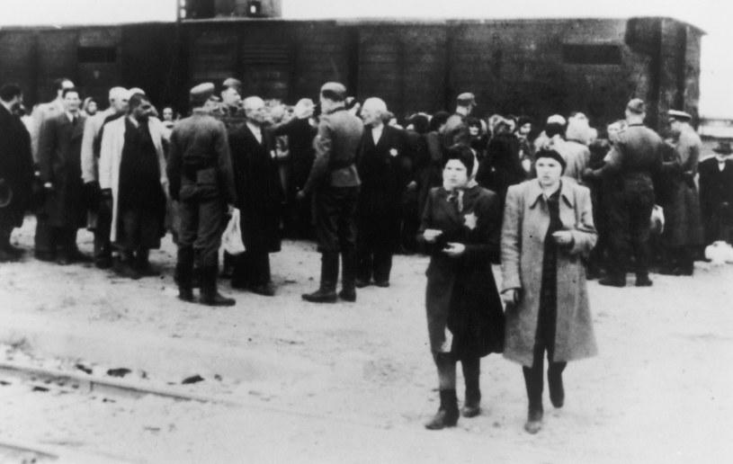 Więźniowie przywiezieni do obozu koncentracyjnego Auschwitz około roku 1943. /Hulton Archive /Getty Images