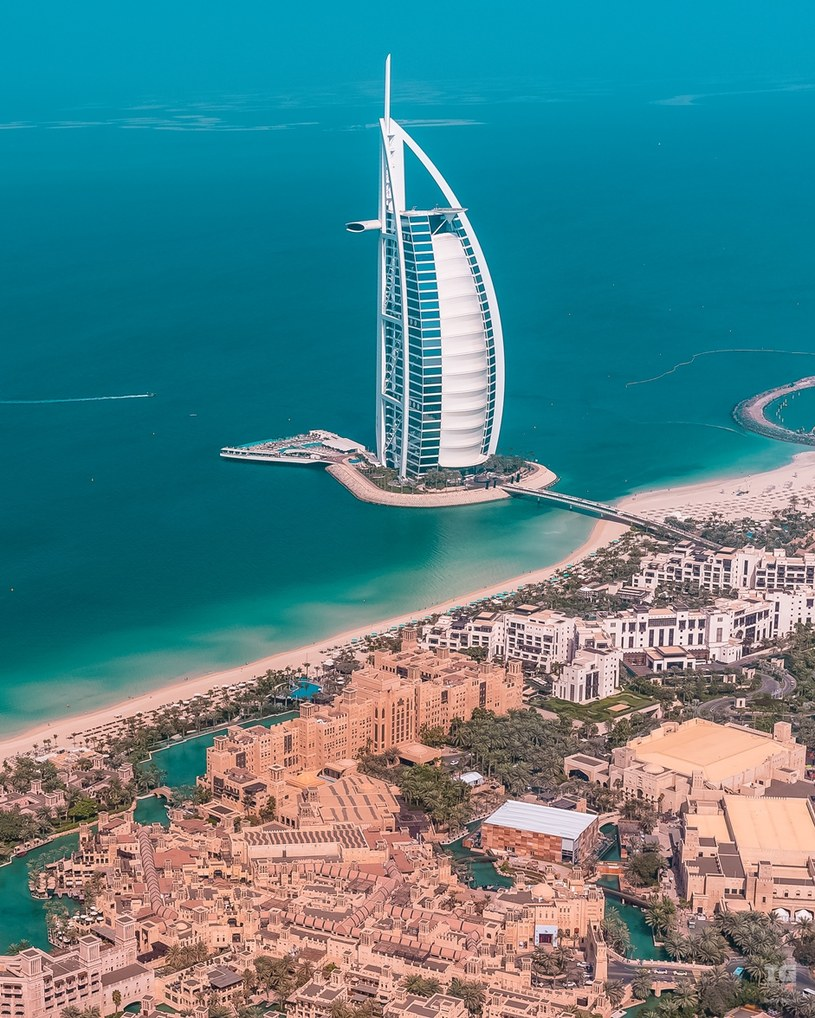 Wieżowiec Burdż al-Arab mieści się na sztucznej wyspie położonej 280 metrów od plaży /materiały prasowe