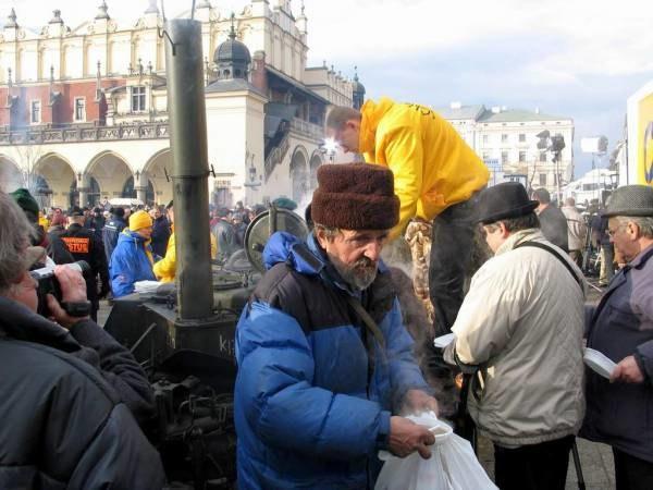 Wigilia dla ubogich na krakowskim Rynku co roku przyciąga tłumy potrzebujących /RMF