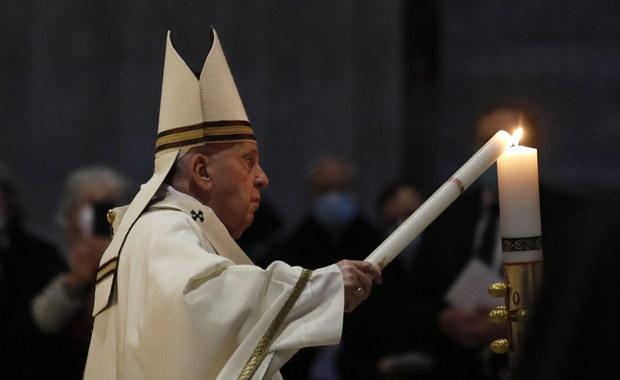 Wigilia Paschalna w Watykanie. Papież: Jezus żyje, tu i teraz (...) zachęca, by nie tracić nadziei