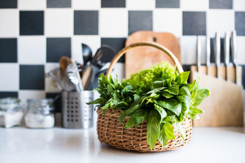 Wiklinowe kosze, różnokolorowe pojemniczki powodują, że kuchnia zaczyna nabierać oryginalnego charakteru /123RF/PICSEL