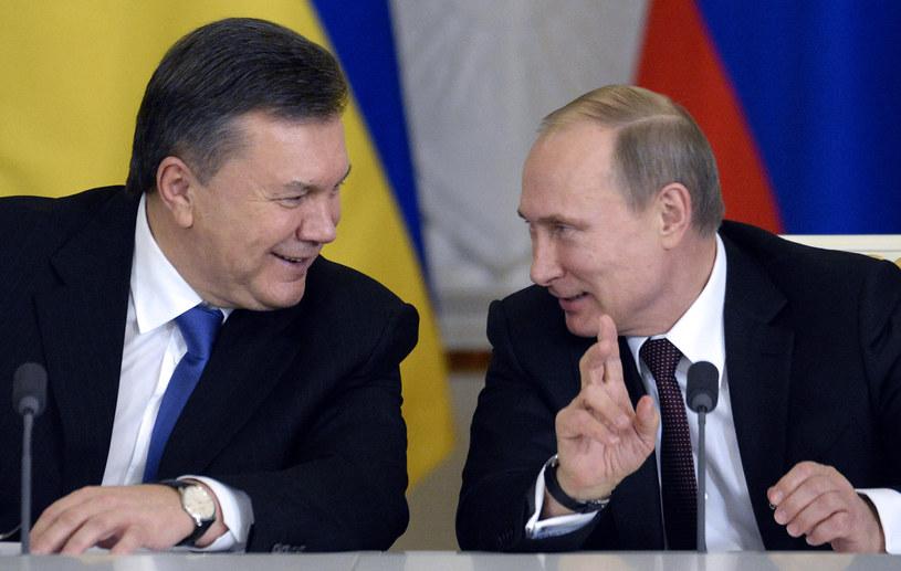 Wiktor Janukowycz (z lewej) i Władimir Putin (z prawej) /ALEXANDER NEMENOV /AFP