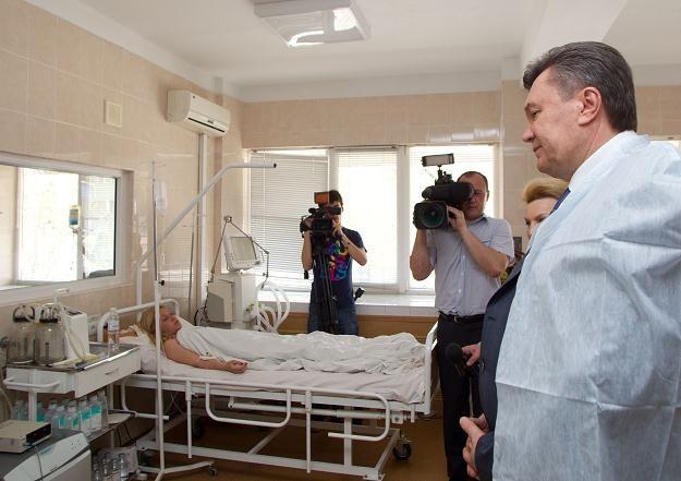 Wiktor Janukowycz z wizytą w szpitalu, w którym przebywają poszkodowani. /AFP