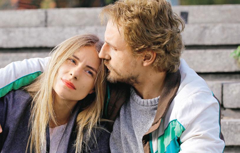 Wiktor jest zakochany w Basi, ale ona wciąż czeka na prawdziwą miłość. /Polsat