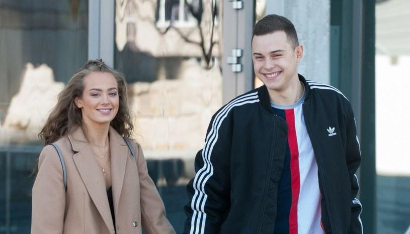 Wiktoria Gąsiewska i Adam Zdrójkowski, pomimo młodego wieku, poważnie myślą o swoim związku /Artur Zawadzki /Reporter