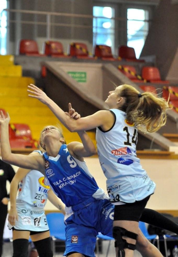 Wiktoria Michalik (nr 9) wraz z koleżankami błyskawicznie musiała przestawić się z rywalizacji młodzieżowej na seniorską /