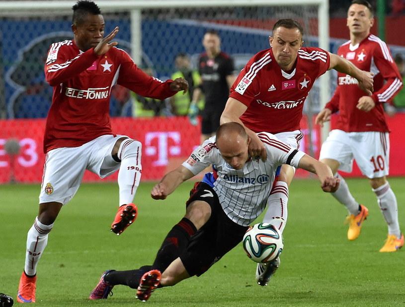 Wilde-Donald Guerrier (z lewej) i Dariusz Dudka (z prawej) walczą o piłkę z Rafałem Kurzawą /Jacek Bednarczyk /PAP