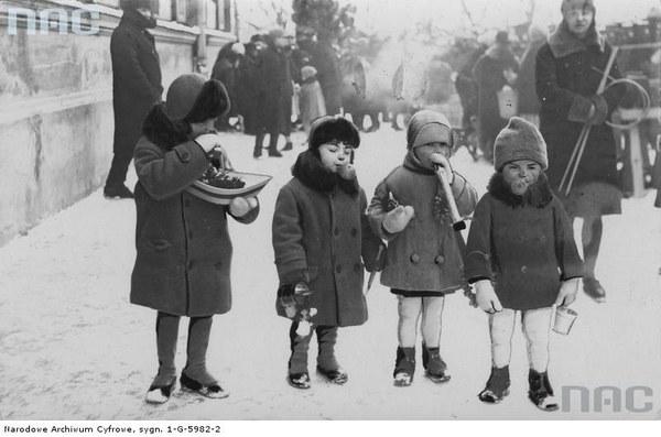 Jarmark odpustowy w dniu św. Kazimierza tzw. Kaziuki na rynku Łukiszki (placu Łukiskim) w Wilnie. Dzieci z zabawkami i słodyczami kupionymi na targu, 1929