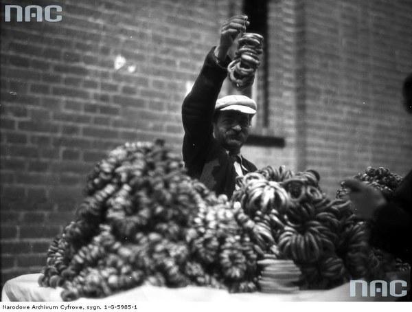 Jarmark odpustowy w dniu św. Kazimierza tzw. Kaziuki na rynku Łukiszki (palcu Łukiskim) w Wilnie. Sprzedawca obważanków, 1935