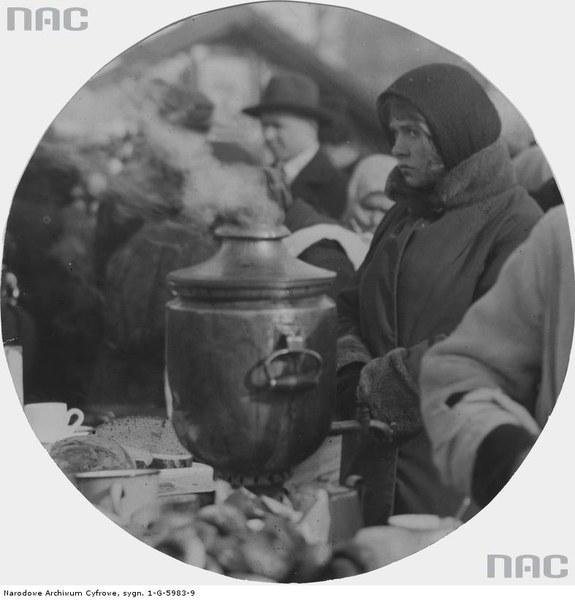Jarmark odpustowy w dniu św. Kazimierza tzw. Kaziuki na rynku Łukiszki (placu Łukiskim) w Wilnie, Kobieta przy samowarze na jarmarku, 1931