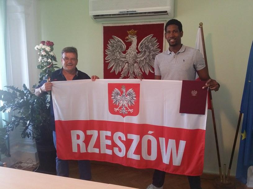 Wilfredo Leon (z prawej) i jego menedżer Andrzej Grzyb z aktem nadania polskiego obywatelstwa /Fot. Andrzej Grzyb /archiwum prywatne