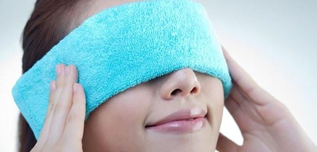 Wilgotny ręcznik na oczy /© Photogenica