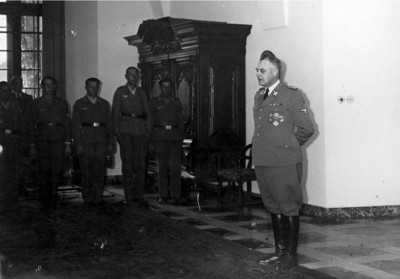 Wilhelm Koppe przemawia do członków niemieckiej służby pracy na Zamku Królewskim w Krakowie, czerwiec 1944 roku /Z archiwum Narodowego Archiwum Cyfrowego