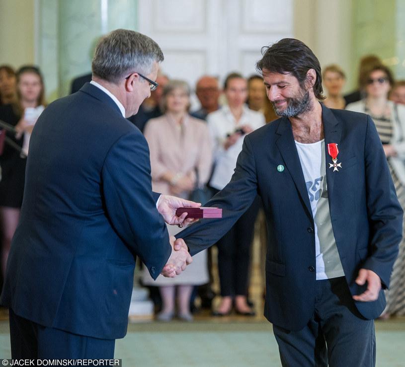 Wilhelm Sasnal podczas odbierania odznaczenia od prezydenta Komorowskiego /Jacek Domiński /Reporter
