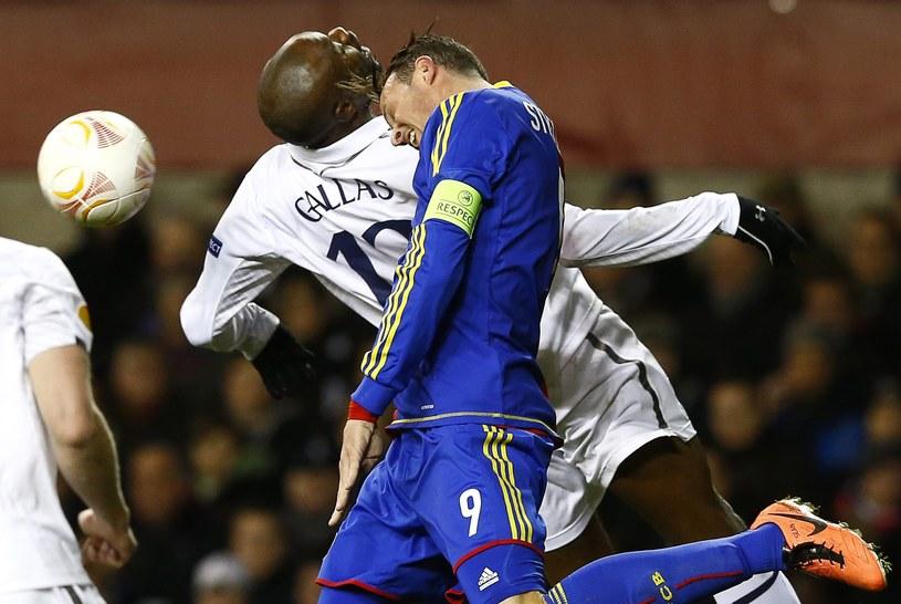 William Gallas (z lewej) z Tottenhamu Hotspur walczy o piłkę z Marco Strellerem z FC Basel /AFP