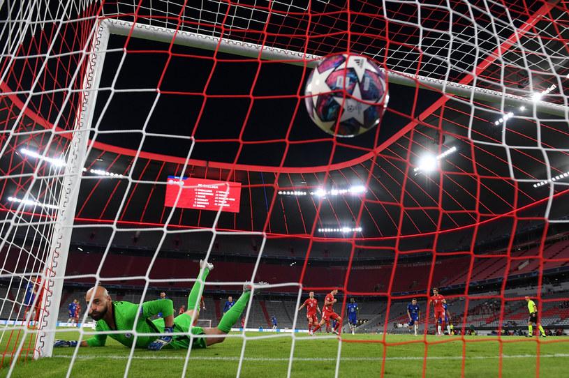 Willy Caballero bezradnie patrzy na piłkę, którą w bramce umieścił Robert Lewandowski /Matthias Hangst /Getty Images