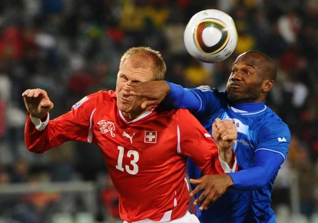 Wilson Palacios (z prawej) walczy ze Stephanem Grichtingiem w meczu Honduras - Szwajcaria na mundialu'2010 /AFP