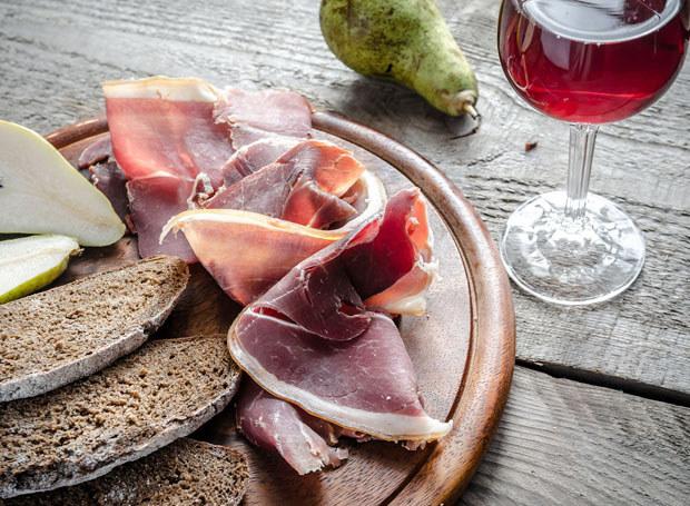 Wino to nie tylko świetny dodatek do potraw /123RF/PICSEL