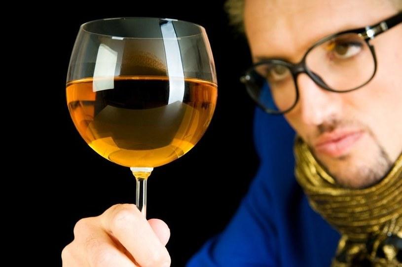 """""""Wino"""" w torebkach zawierających mikroskopijne granulki wywołało, efekt piorunujący /123RF/PICSEL"""