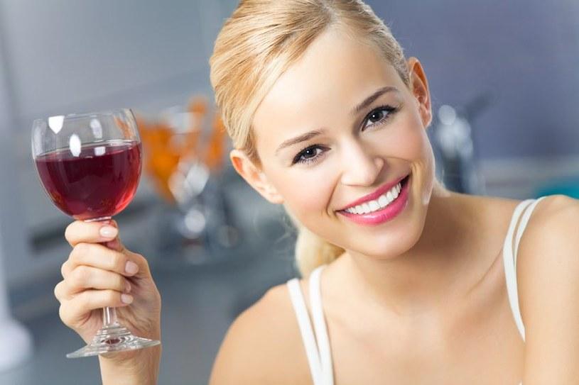 Wino zawiera odmładzające przeciutleniacze /123RF/PICSEL