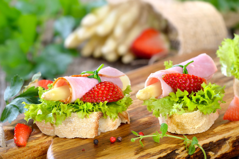 Wiosenna kanapka ze szparagami /123RF/PICSEL