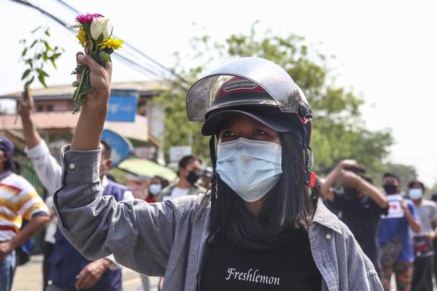 """""""Wiosenna rewolucja"""", """"Musimy wygrać"""". Znów tysiące osób na protestach w Mjanmie"""