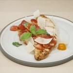 Wiosenna sałatka z pomidorów z tymiankowym kurczakiem