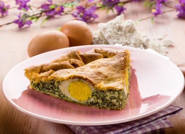 Wiosenna tarta z jajkiem i szpinakiem /materiały prasowe
