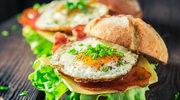 Wiosenne burgery z sadzonym jajkiem i bekonem