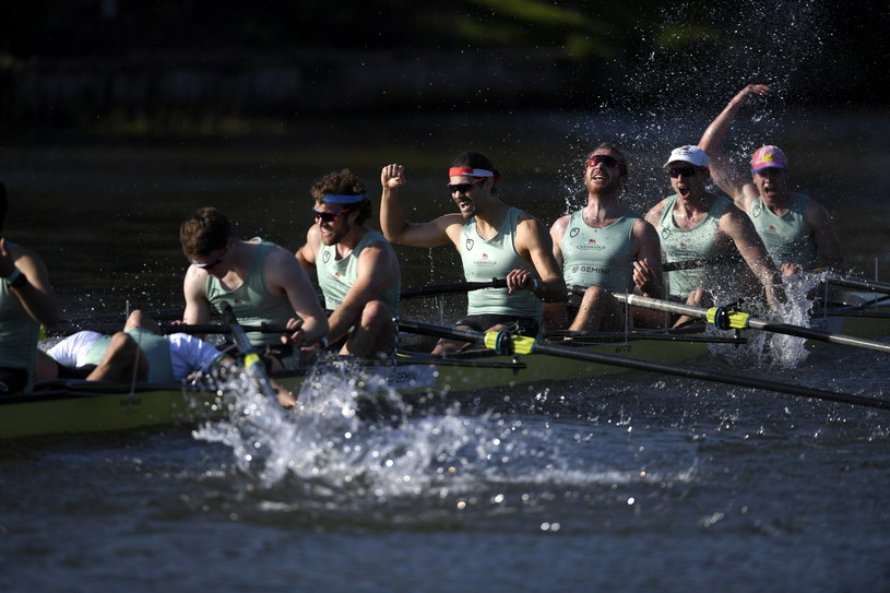 Wioślarze z Cambridge cieszą się ze zwycięstwa /PAP/EPA