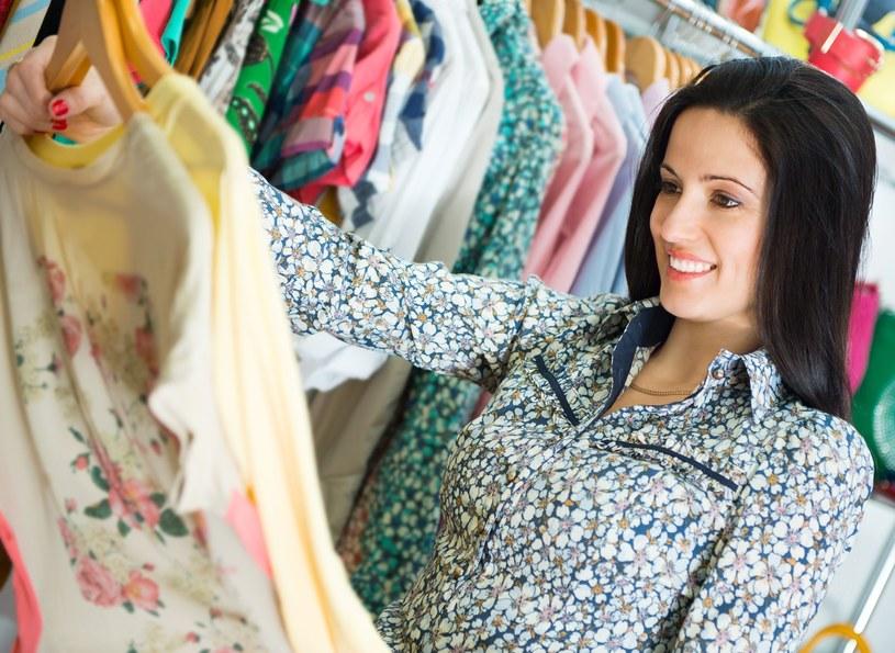Wiosną, gdy wszystko budzi się do życia, chętniej zakładamy kolorowe ubrania /123RF/PICSEL
