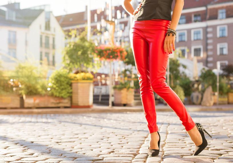 Wiosną warto sięgnąć po czułenka w odcieniach nude, które świetnie ożywią każdą stylizację /Fotolia.com