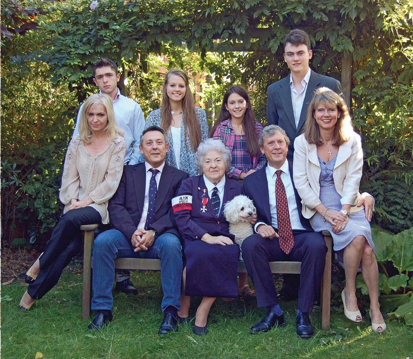Wira z rodzina. Po lewej Andrew i jego żona Edyta, po prawej George z żoną Jacqui. Czwórka wnuków stoi z tyłu, od lewej: Oskar, Emma, Alice i Edward /archiwum prywatne