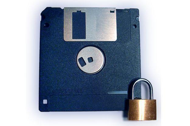 Wirus na dyskietce - kiedyś największe przekleństwo dla komputera  fot. Nick Benjaminsz /stock.xchng