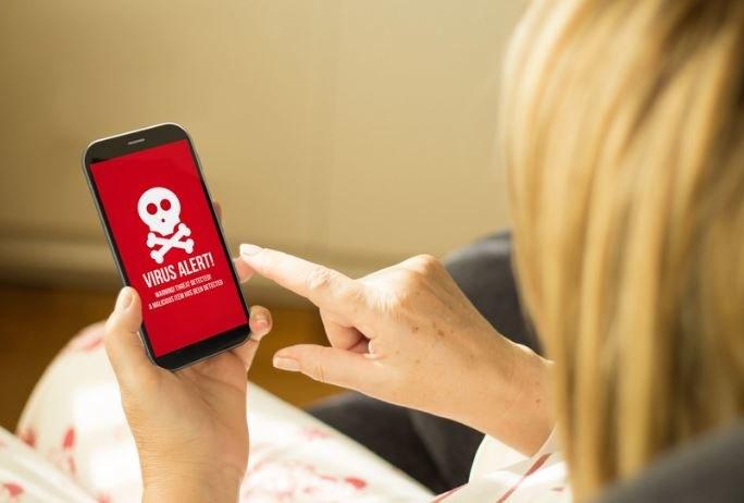 Wirus przejmuje niemal całkowicie kontrolę nad smartfon /123RF/PICSEL