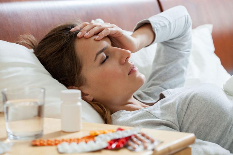 Wirusy grypy przenoszą się przede wszystkim drogą kropelkową, kiedy chorzy, kichają, kaszlą, albo nawet tylko rozmawiają lub oddychają /123RF/PICSEL