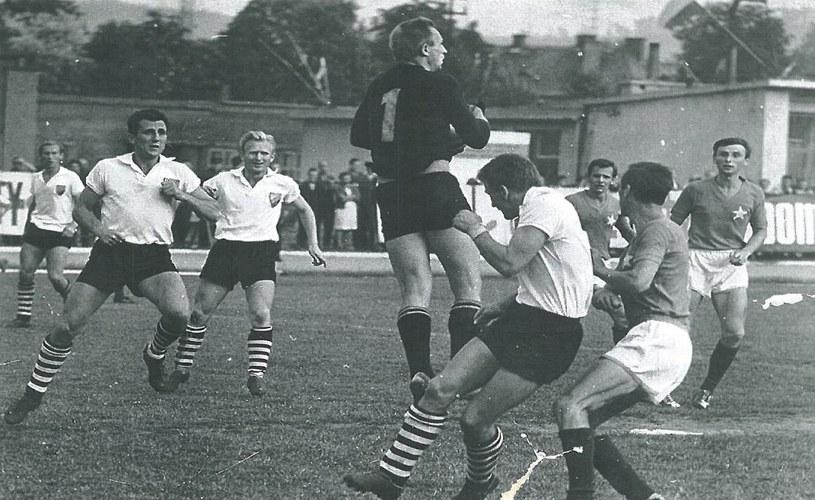 Wisła Kraków z Rakowem Częstochowa w finale Pucharu Polski w 1967 roku (archiwum Rakowa) /Interia.pl /INTERIA.PL